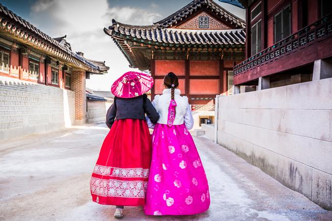 koreanki w tradycyjnych strojach