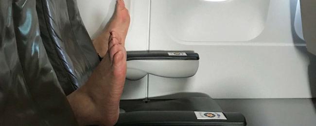 Stopy na fotelu w samolocie