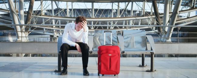 człowiek z bagażem na lotnisku