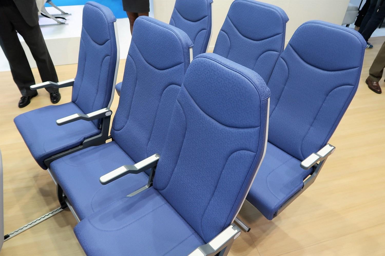 Szerszy środkowy fotel lotniczy