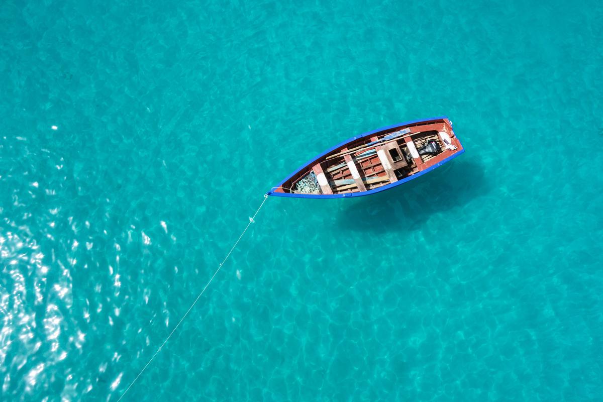 łódka na oceanie