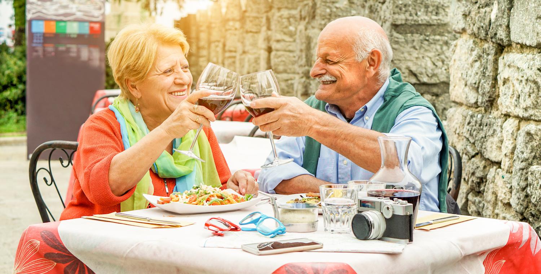 starsi ludzie jedzą kolację