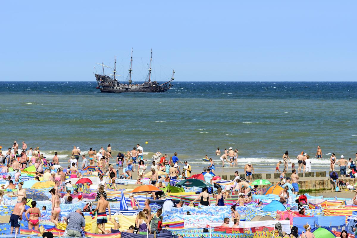 turyści nad Bałtykiem