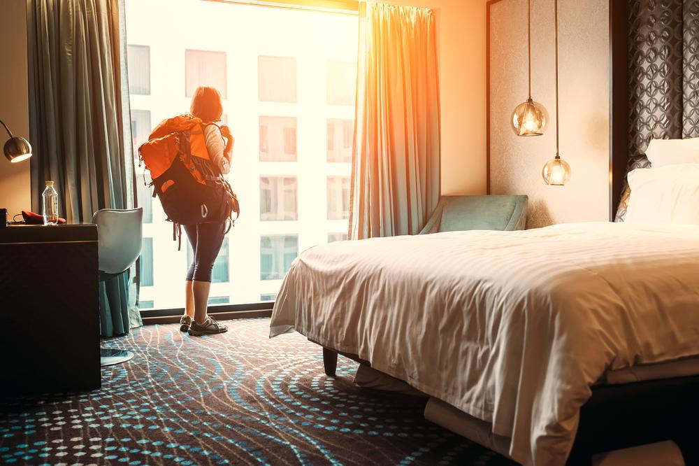turysta w hotelu