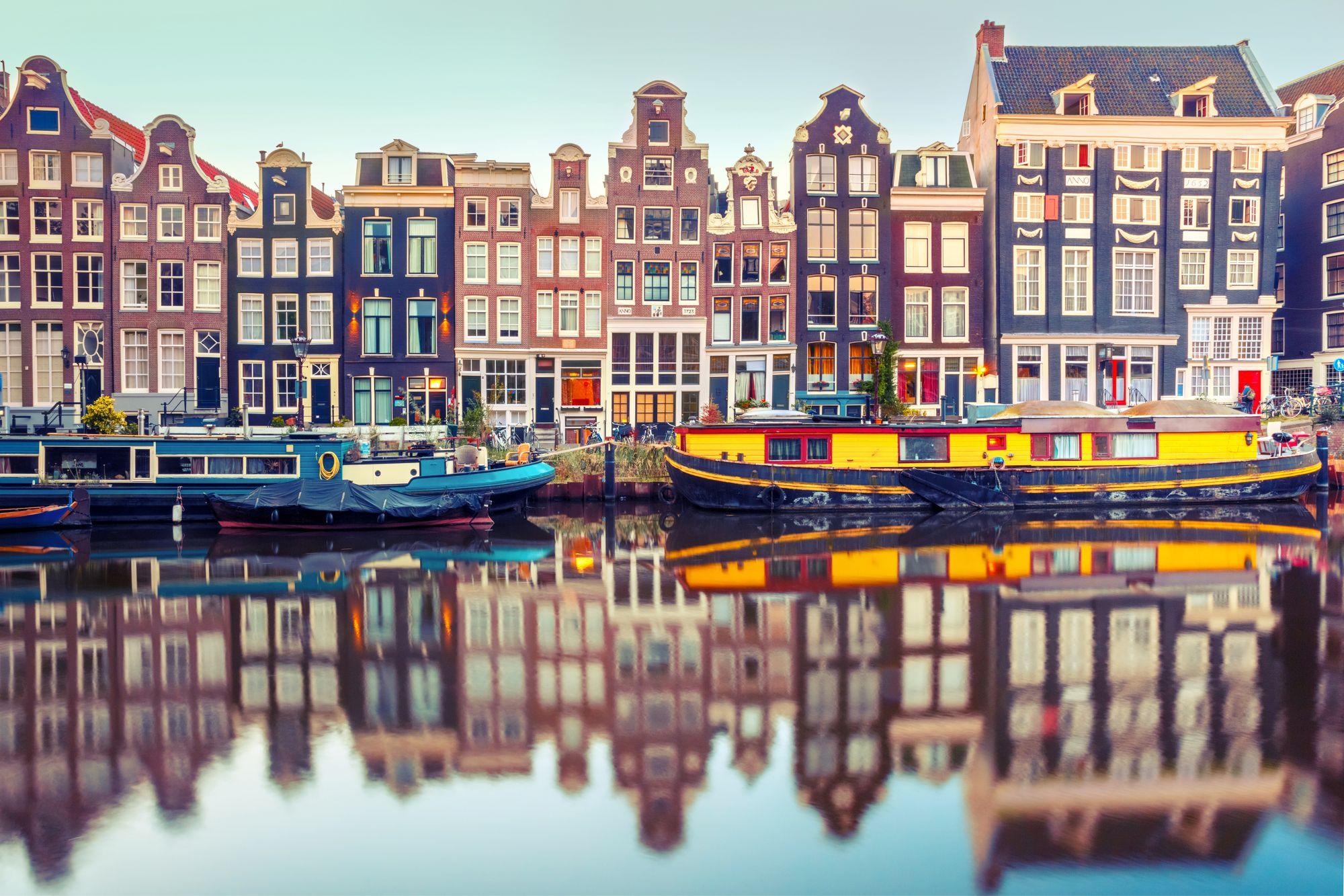 Amsterdam domy nad kanałem