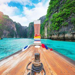 Tajska łódka na wodzie