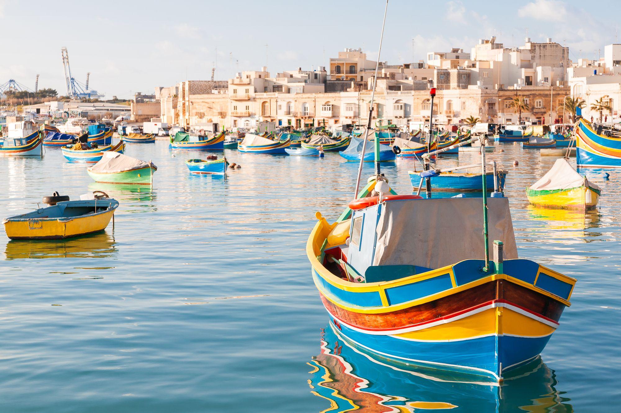 Malta łodzie w zatoce