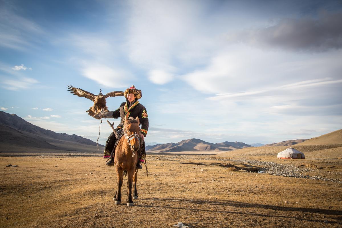 mężczyzna na koniu w Mongolii