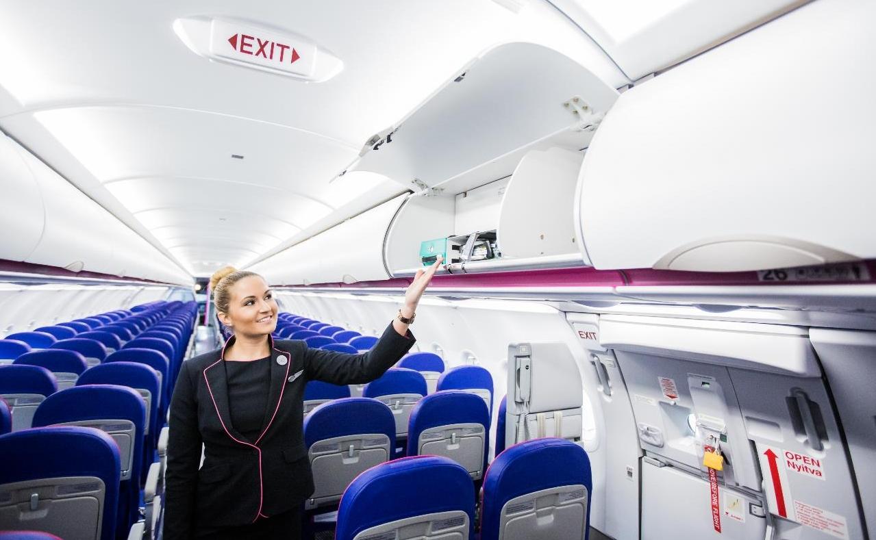 Stewardesa w samolocie Wizz Air