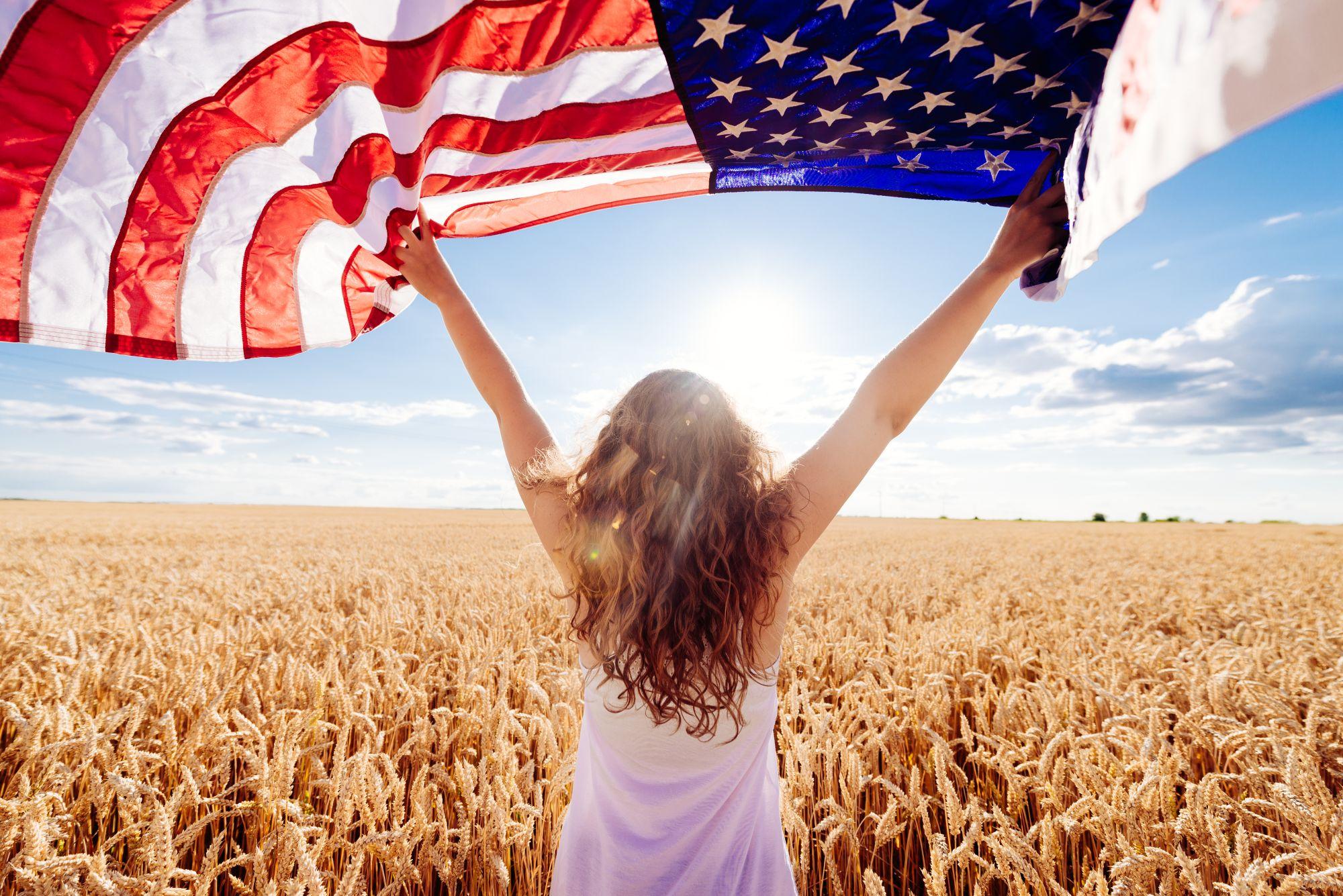 USA kobieta trzymająca flagę