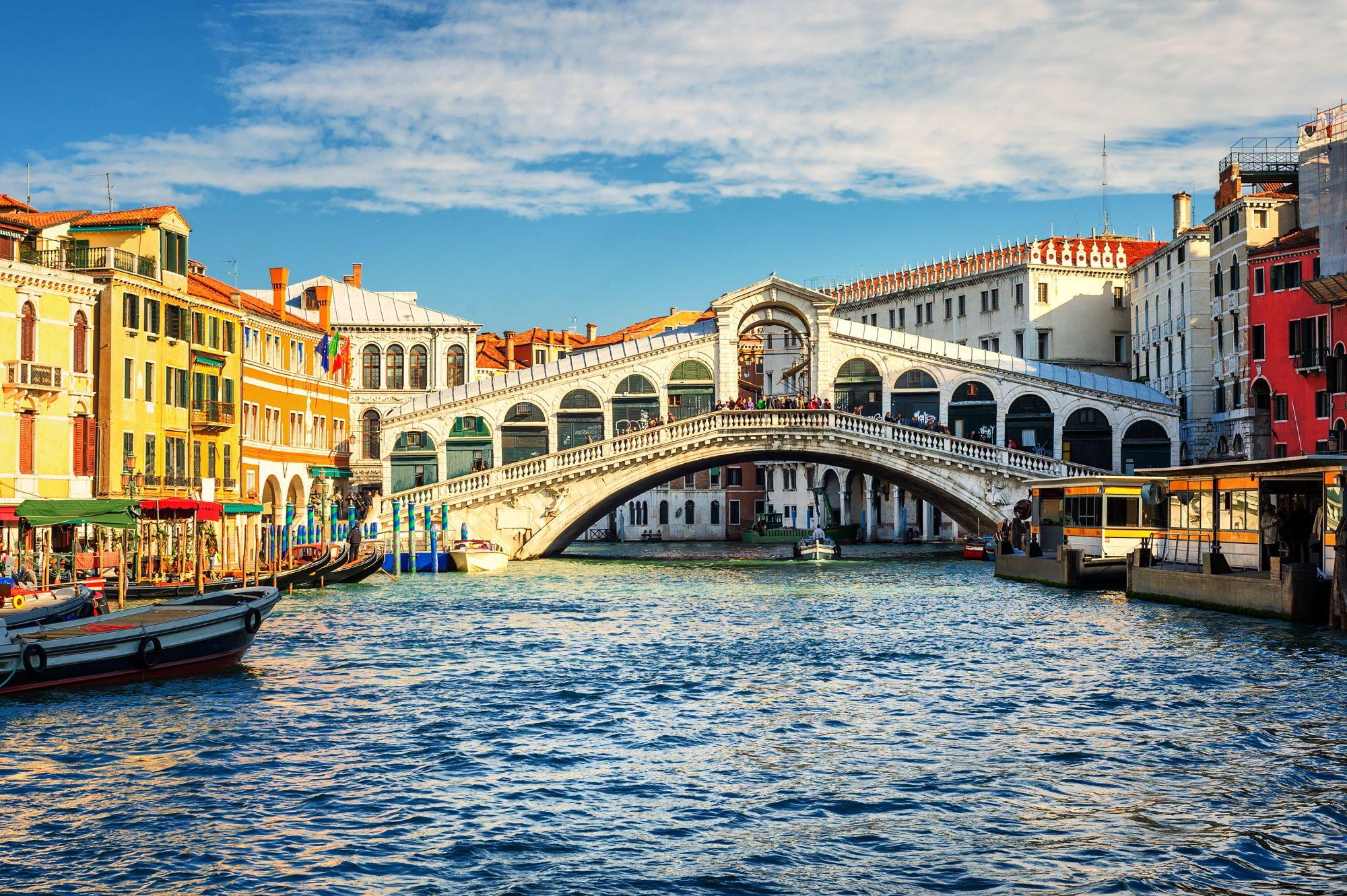 Wenecja widok kanału i mostu