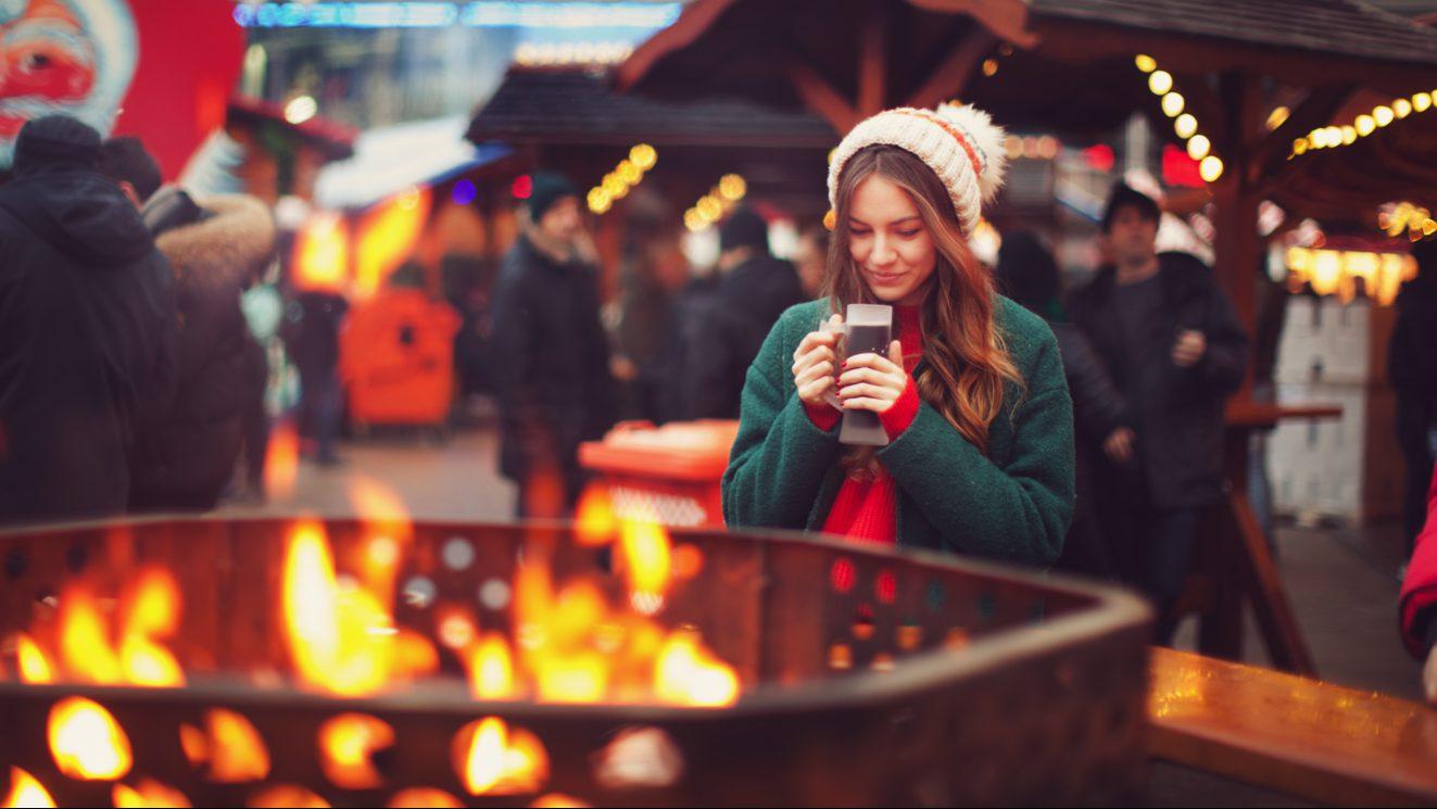 Dziewczyna na jarmarku świątecznym