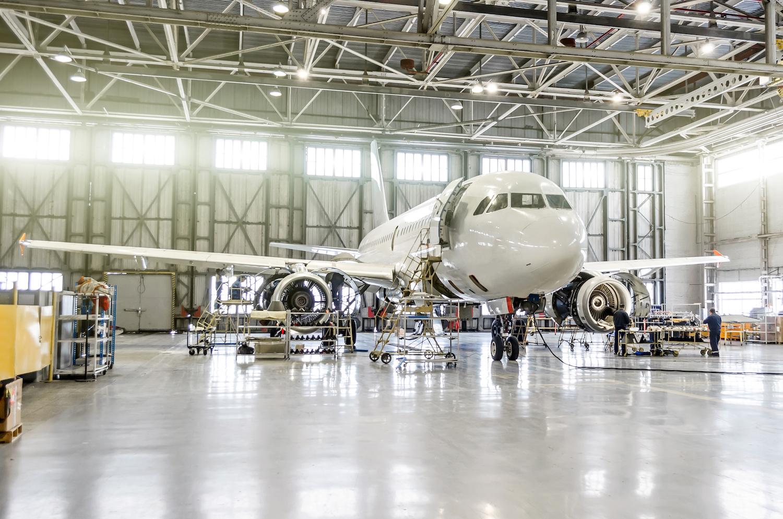 samolot w hangarze