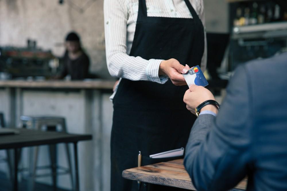 Karta kredytowa w restauracji