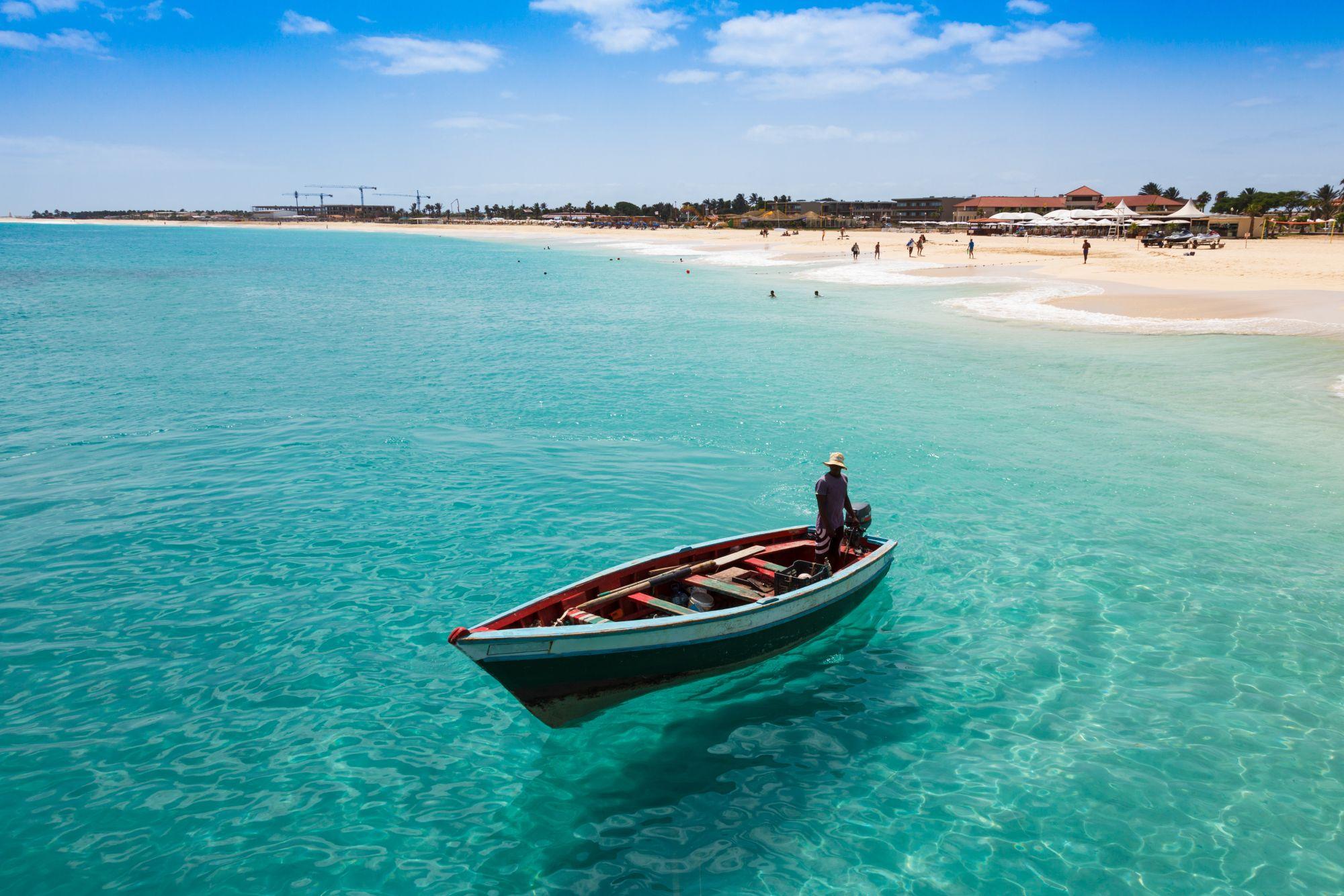 Sal łódź przy brzegu