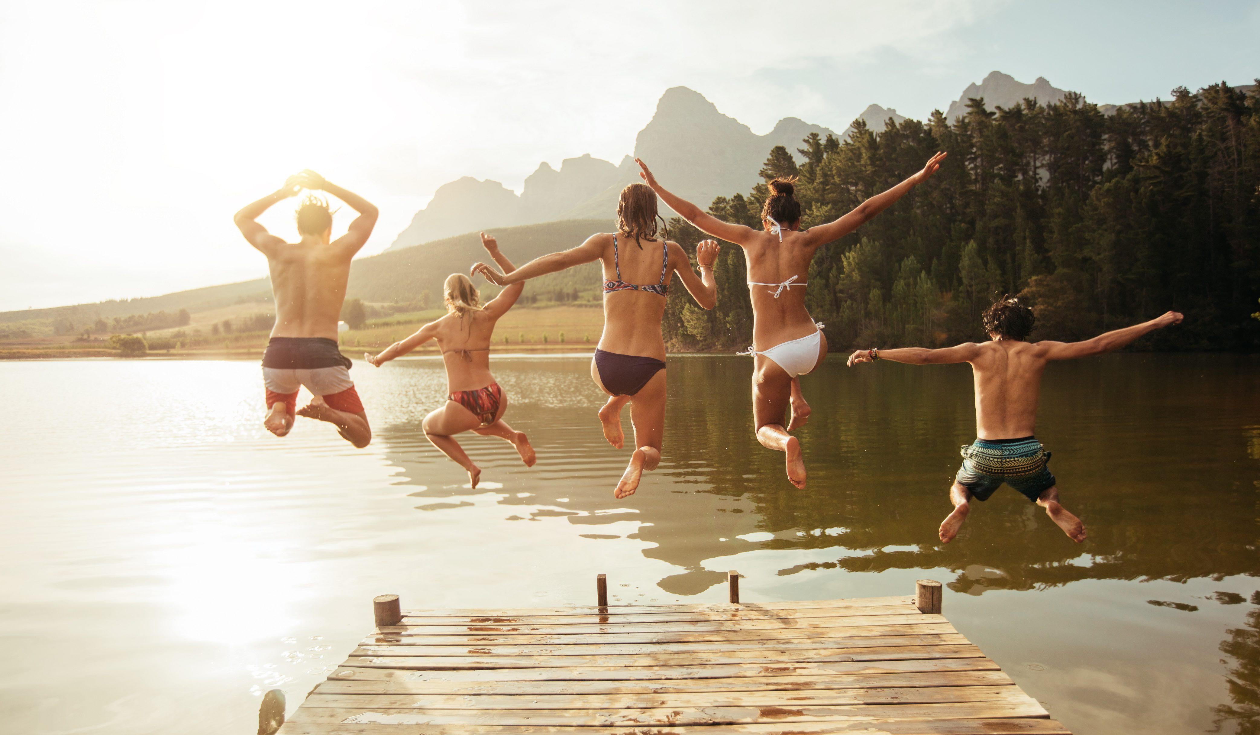 grupa przyjaciół na wakacjach