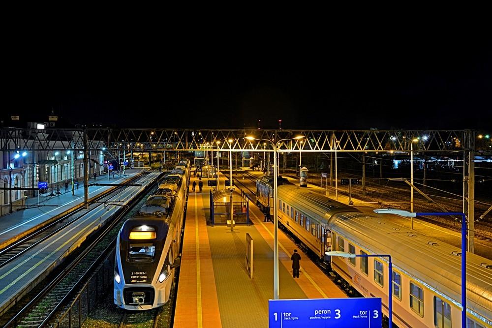 Stacja kolejowa w nocy