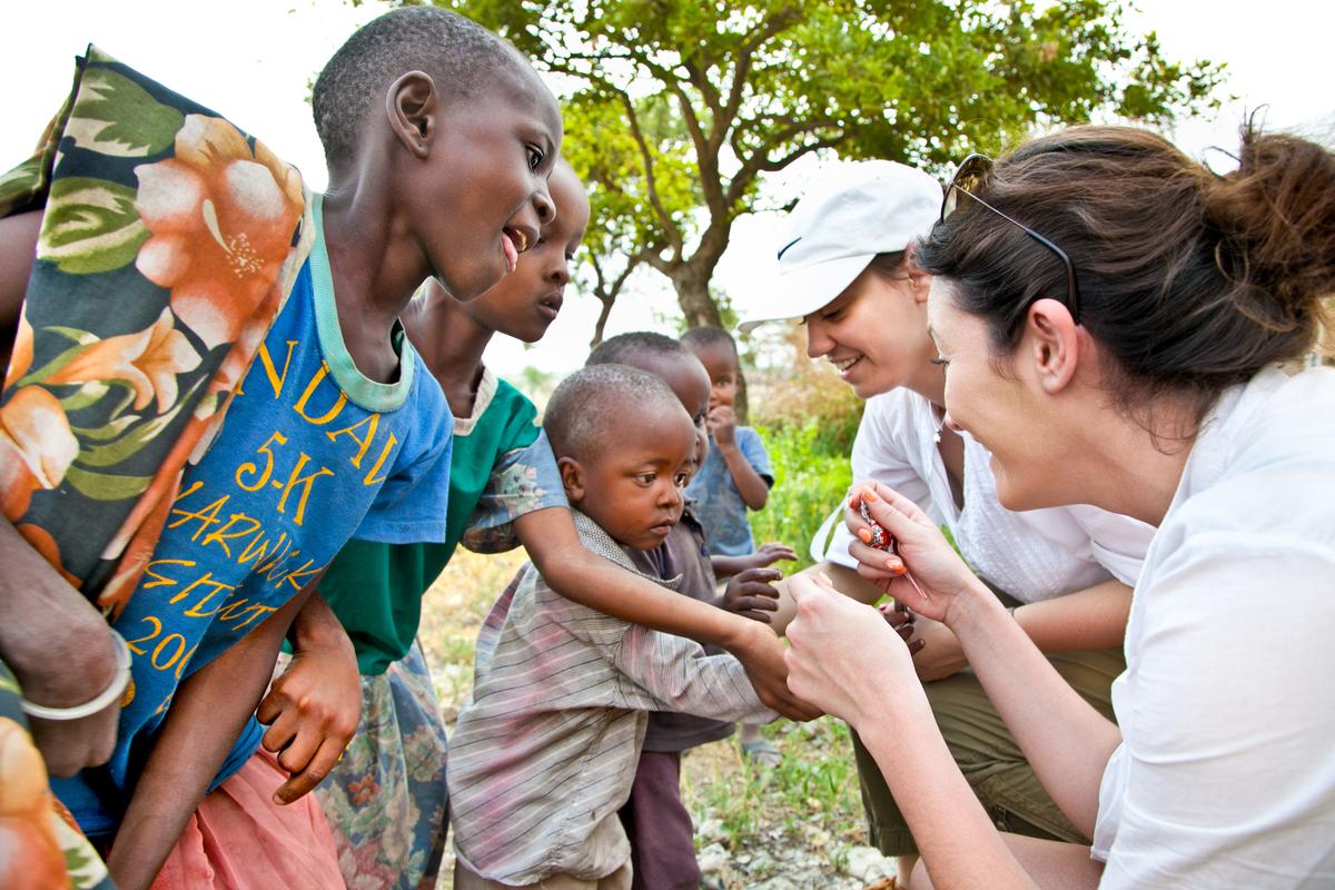turyści z dziećmi w afryce