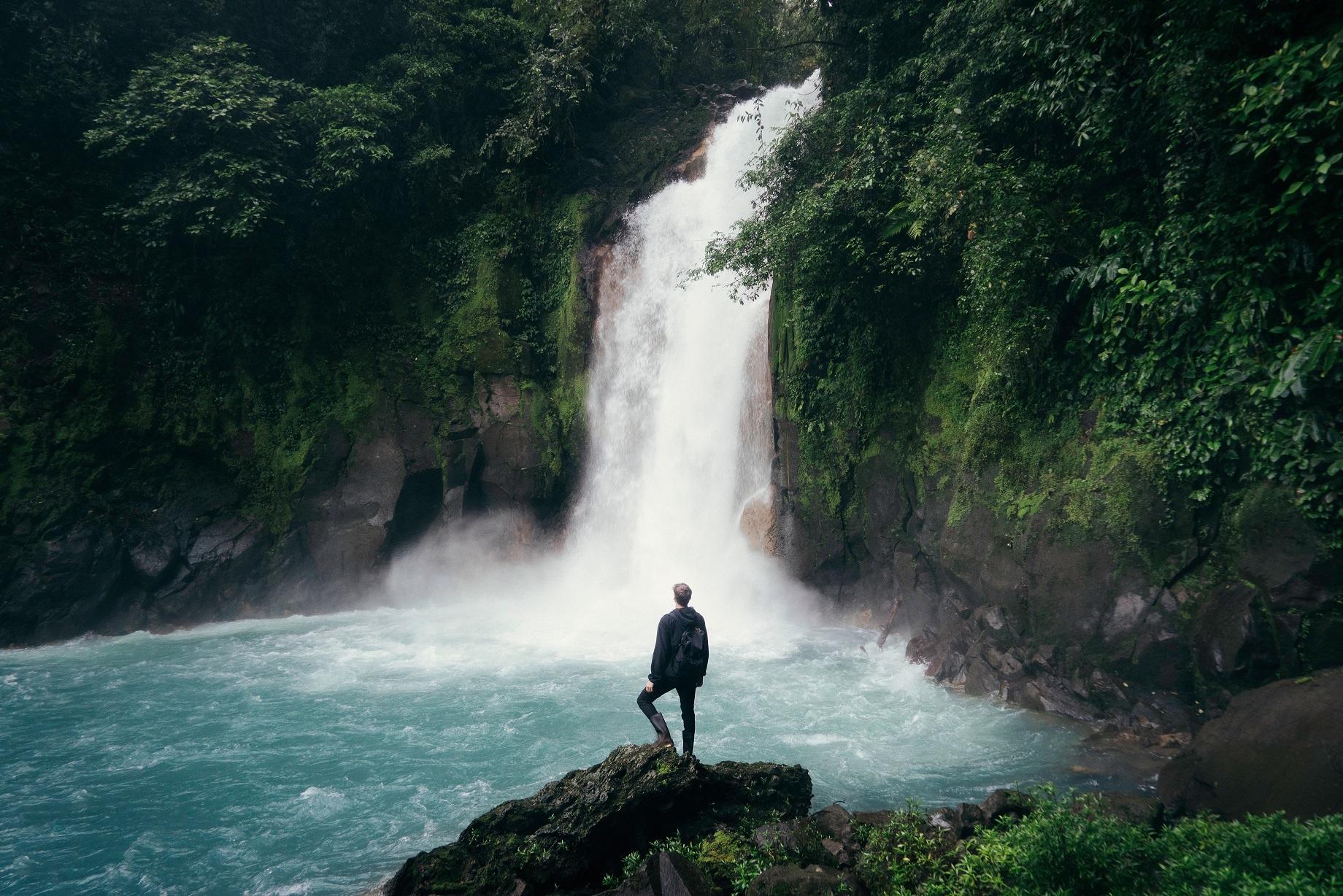 mezczyzna przy wodospadzie