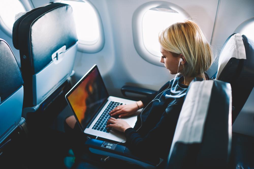 kobieta z laptopem w samolocie