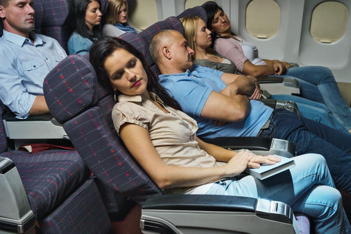 śpiący pasazerowie