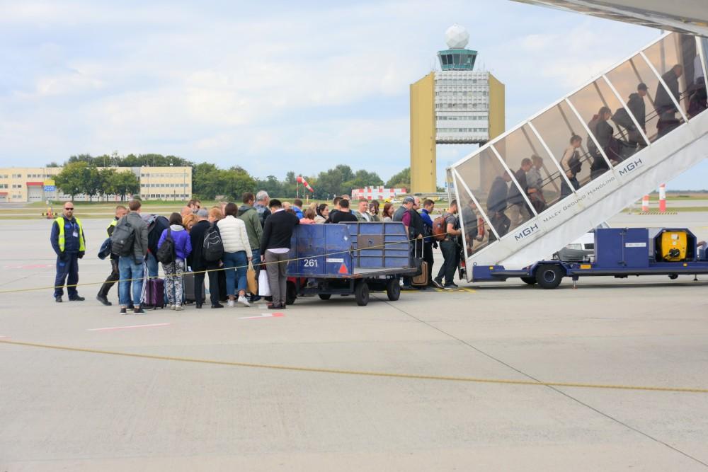 Pasażerowie wsiadający do samolotu