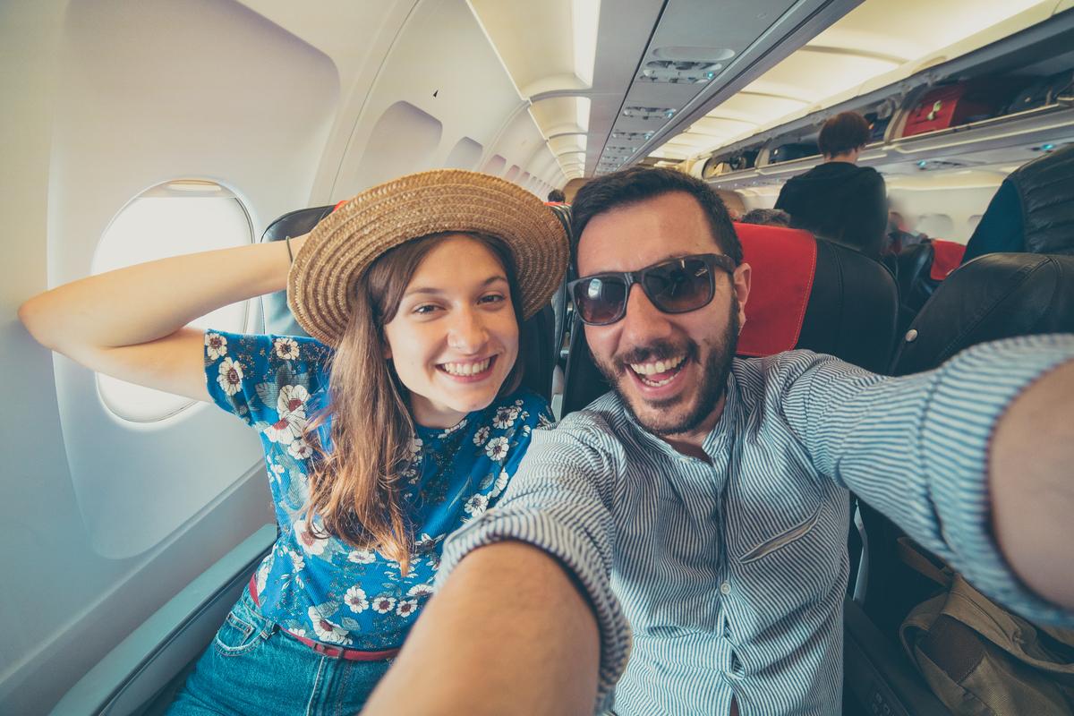 turyści w samolocie
