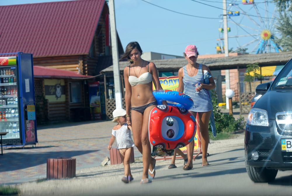 kobieta w bikini w mieście