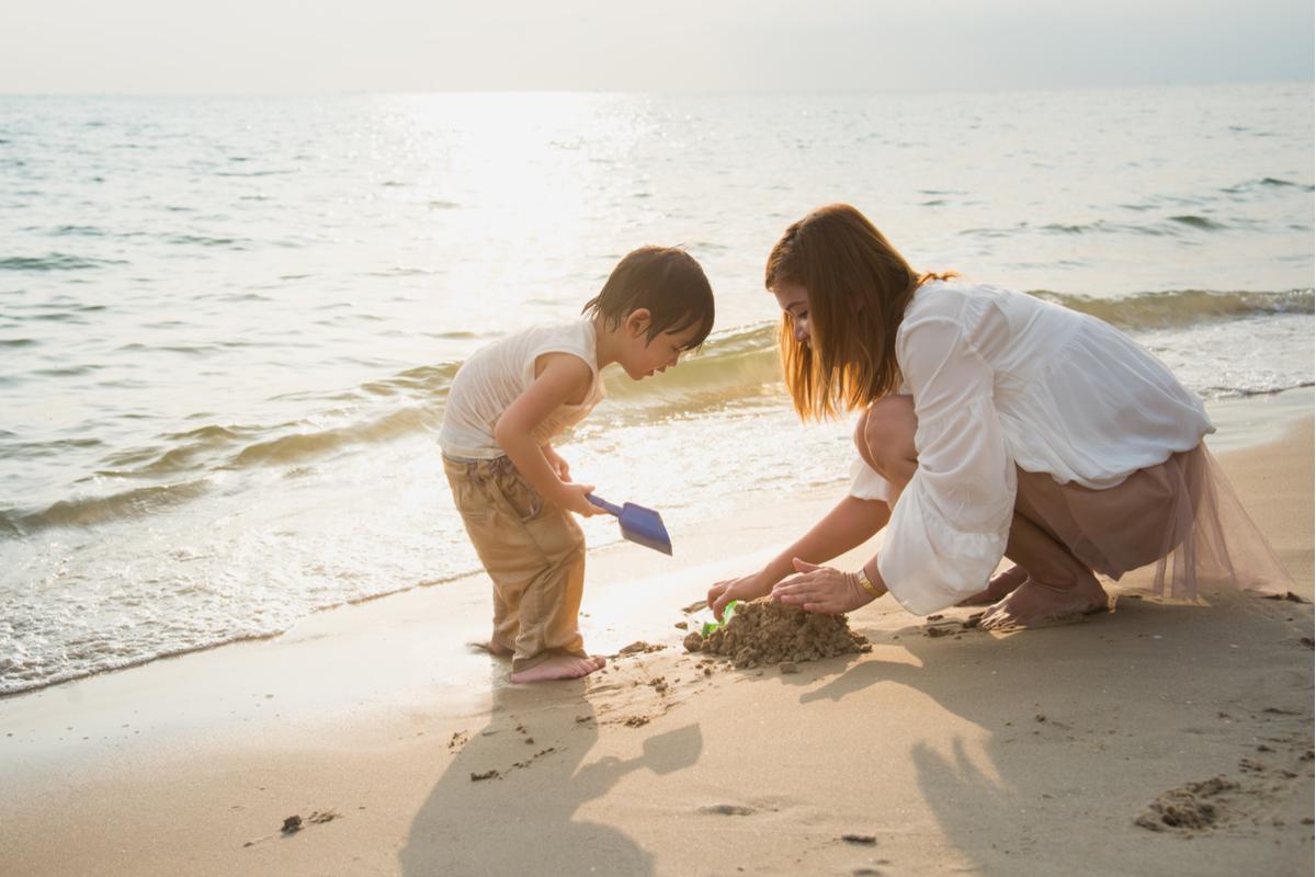 kobieta z dzieckiem na plaży