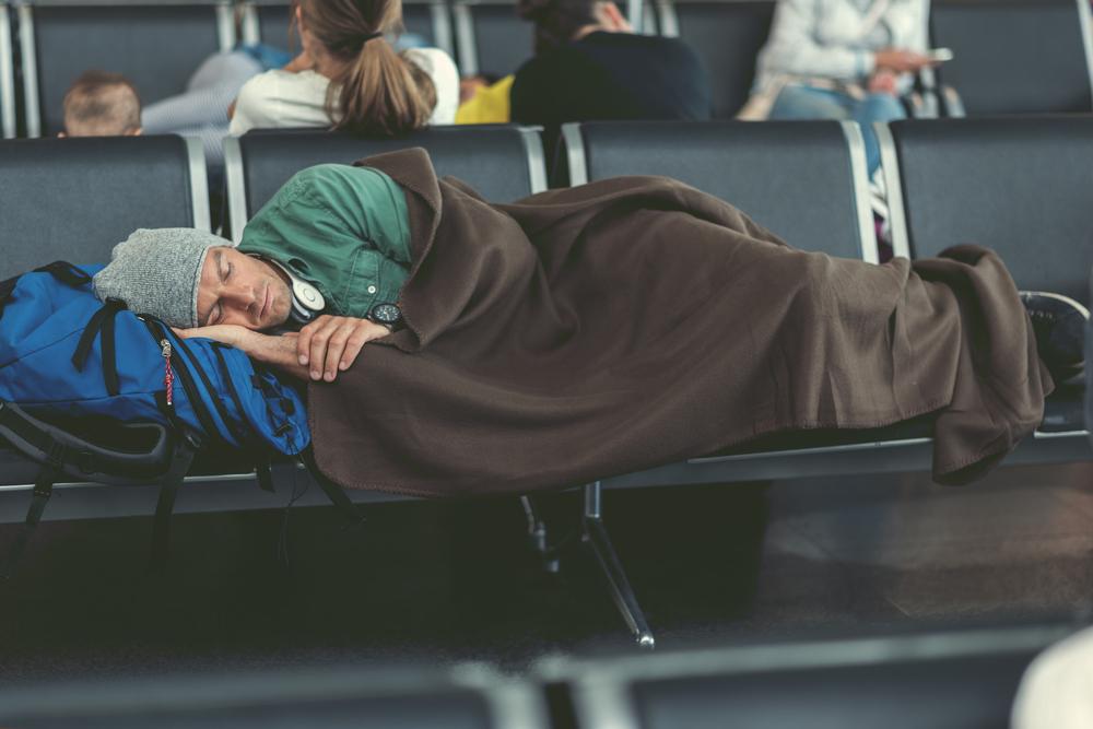 pasazer spiacy na lotnisku