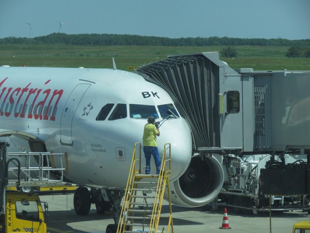 Czyszczenie okien samolotu