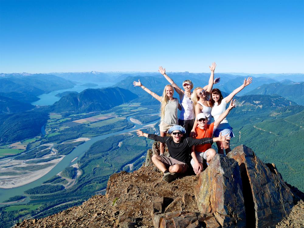 grupa znajomych w górach