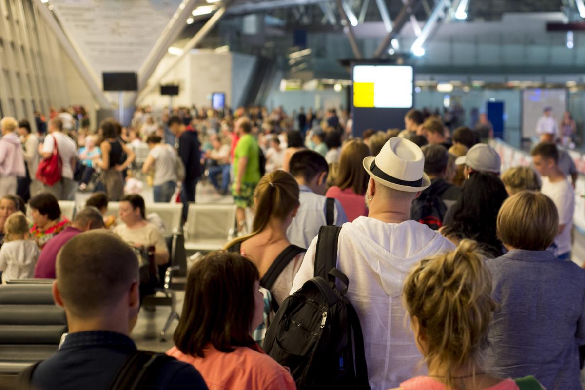 tłum na lotnisku
