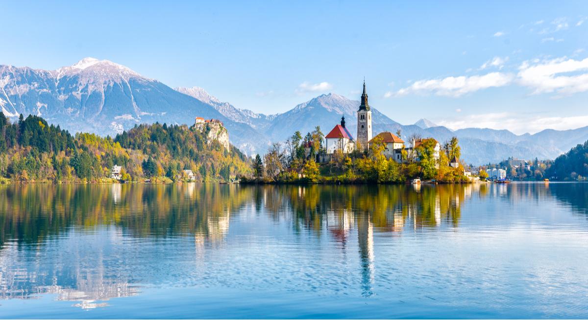 kościół na jeziorze