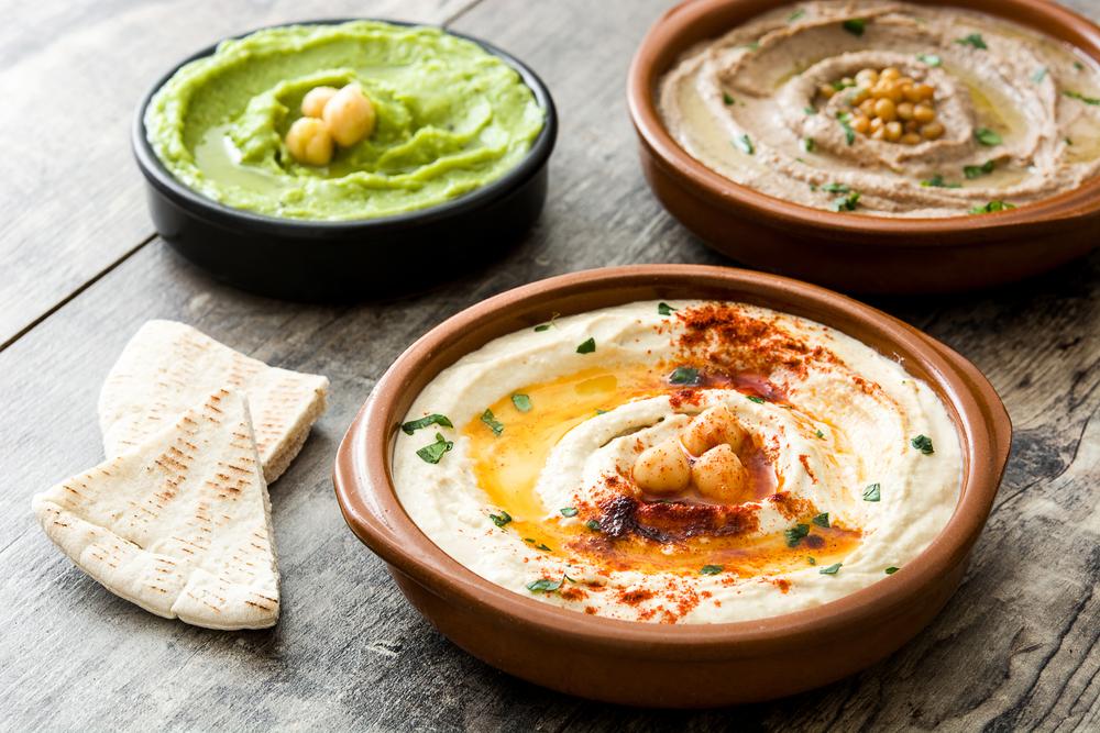 Hummus na stole
