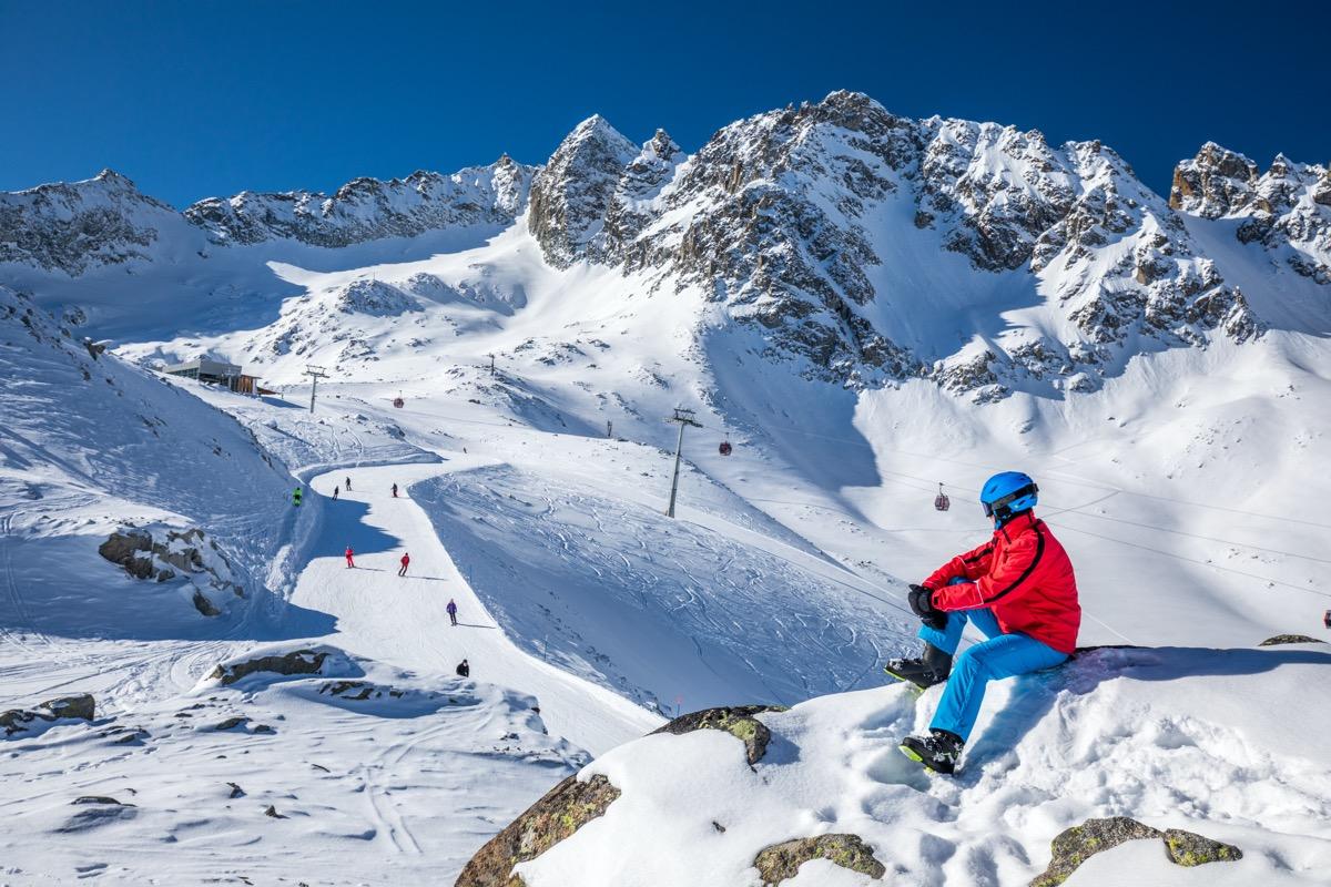 narciarz w gorach