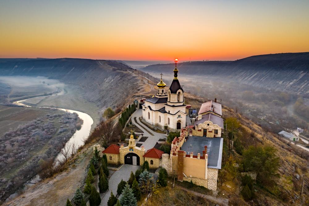 Klasztor o zachodzie słońca
