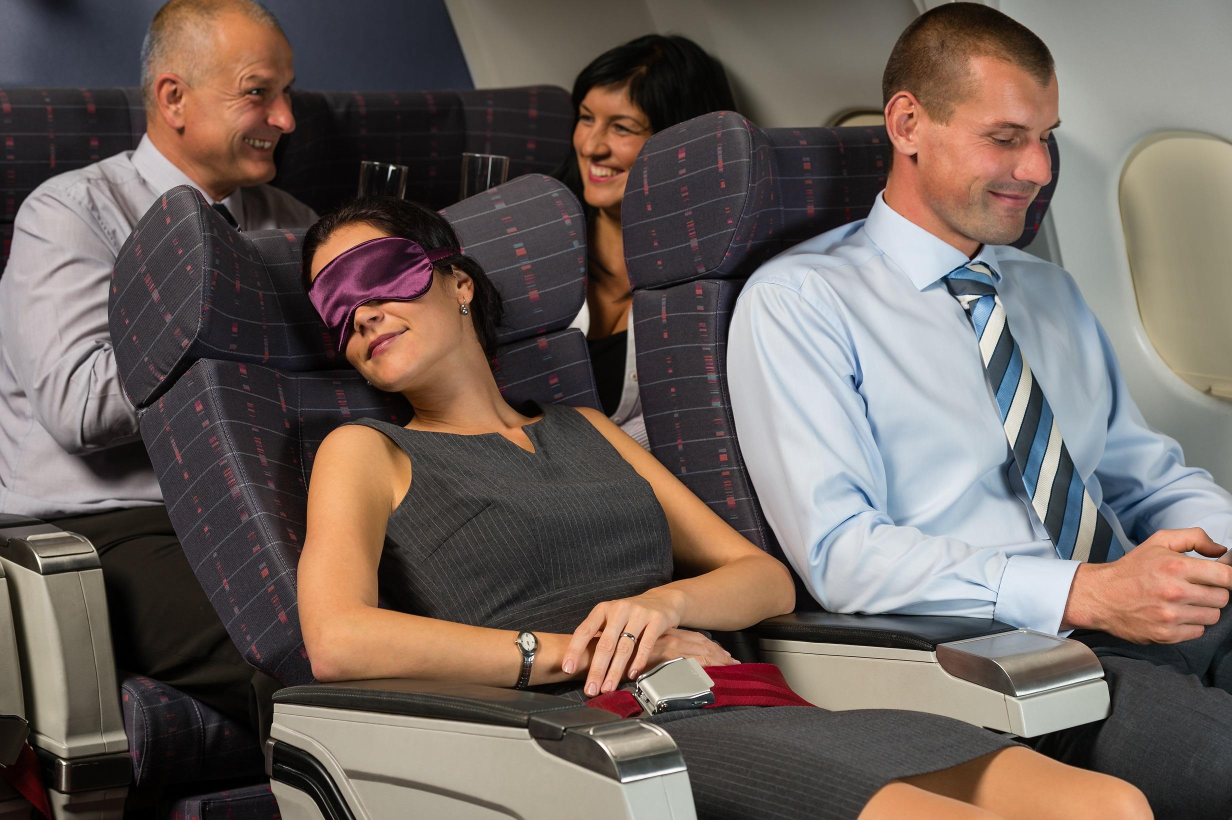 rozłożone siedzenie w samolocie