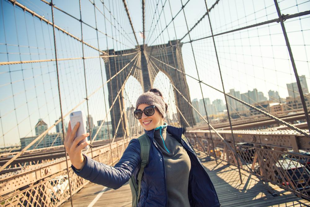 kobieta na Brooklyn Bridge