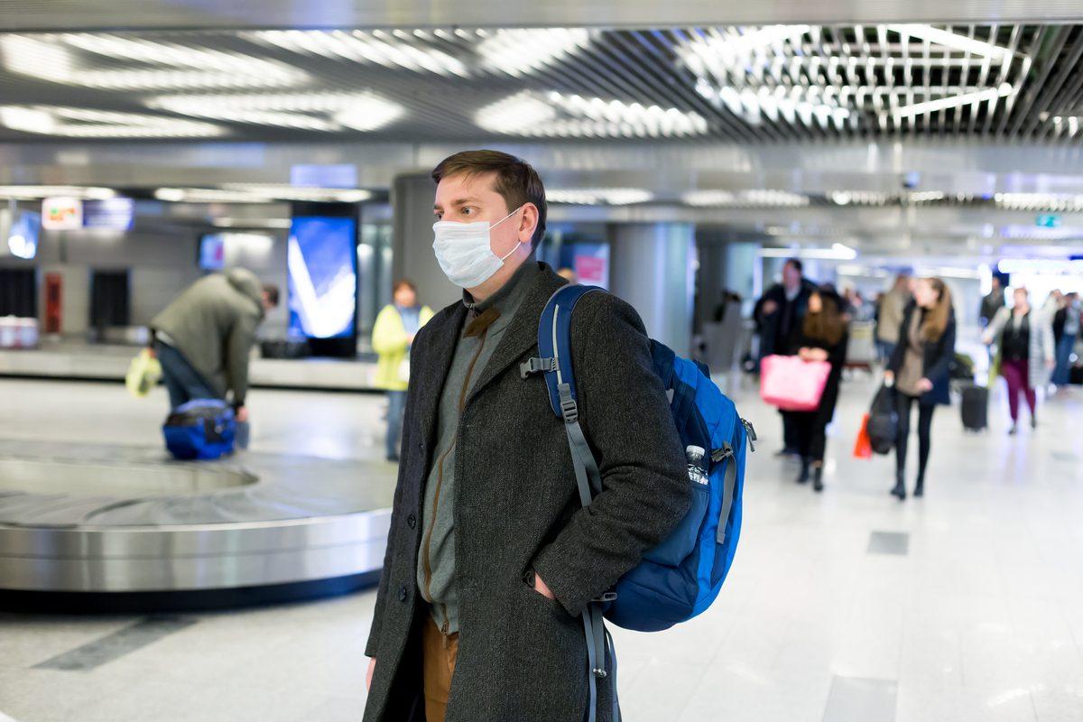 turysta w masce na lotnisku