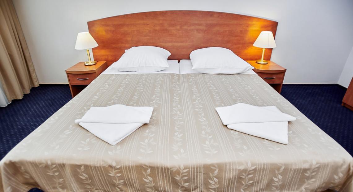 Łóżko w pokoju