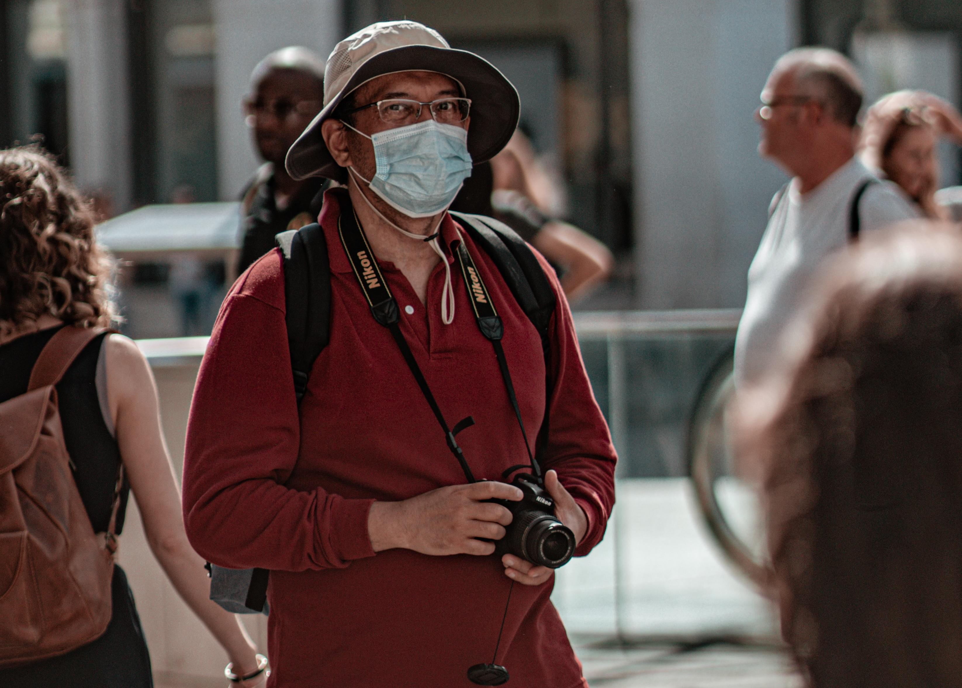 turysta w masce