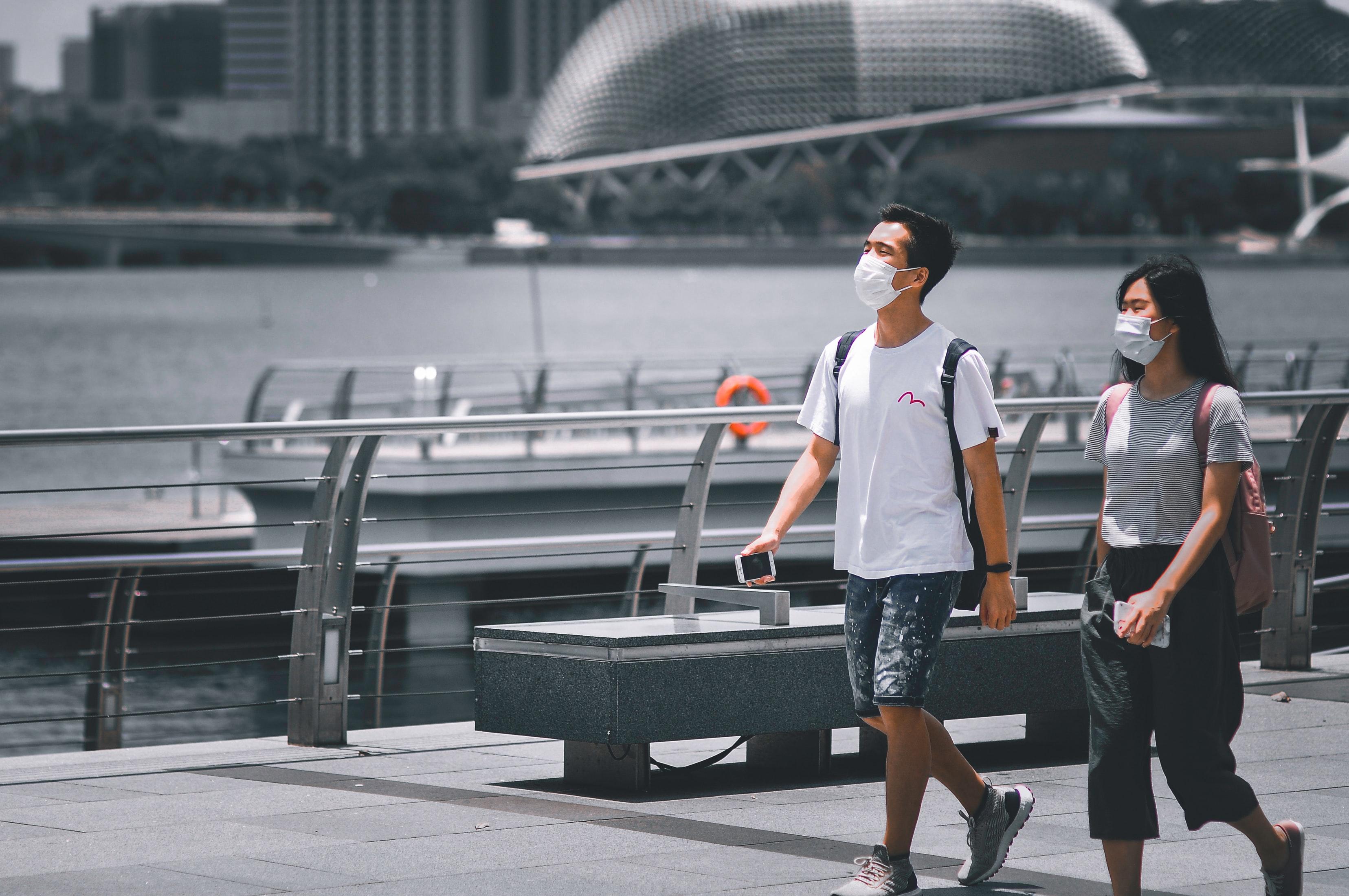 singapur turysci w maseczkach