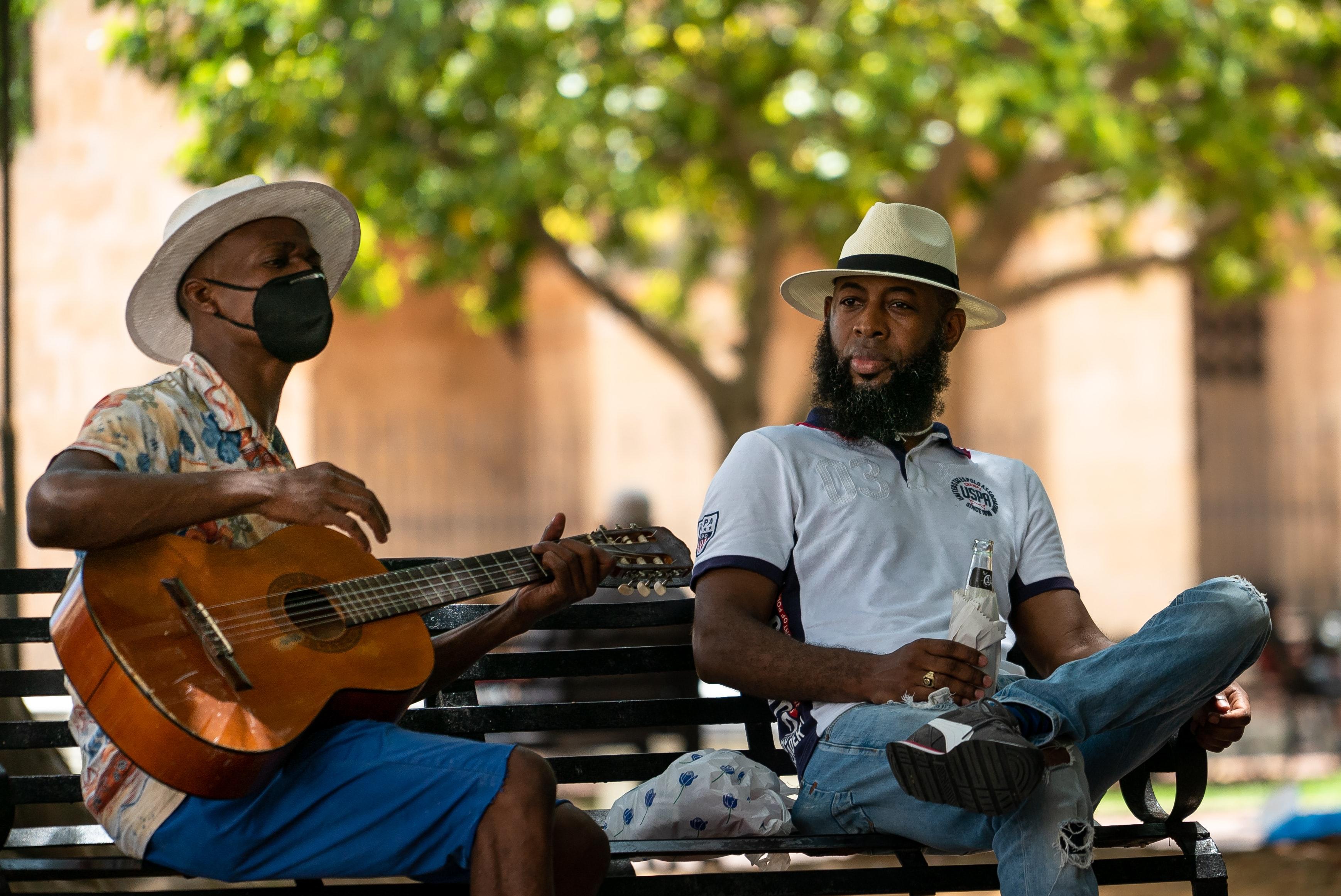 mezczyzni grajacy na gitarze